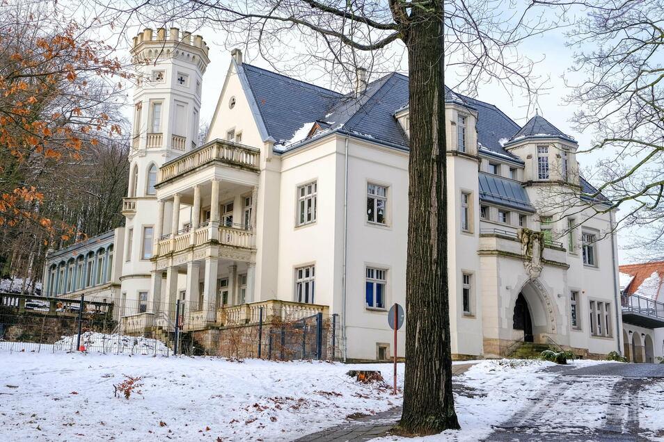 Das Mohrenhaus steht in einer weitläufigen Parkanlage am Westhang des Leimgrundes. Der Name geht auf die Bezeichnung für zwei Hügel zurück, die vom Elbtal aus wie Mohrenköpfe ausgesehen haben.