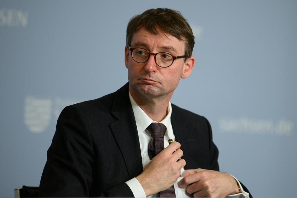 Sachsens Innenminister Roland Wöller hat die Attacken auf Polizisten und Journalisten bei der Demonstration am Samstag in Dresden verurteilt.