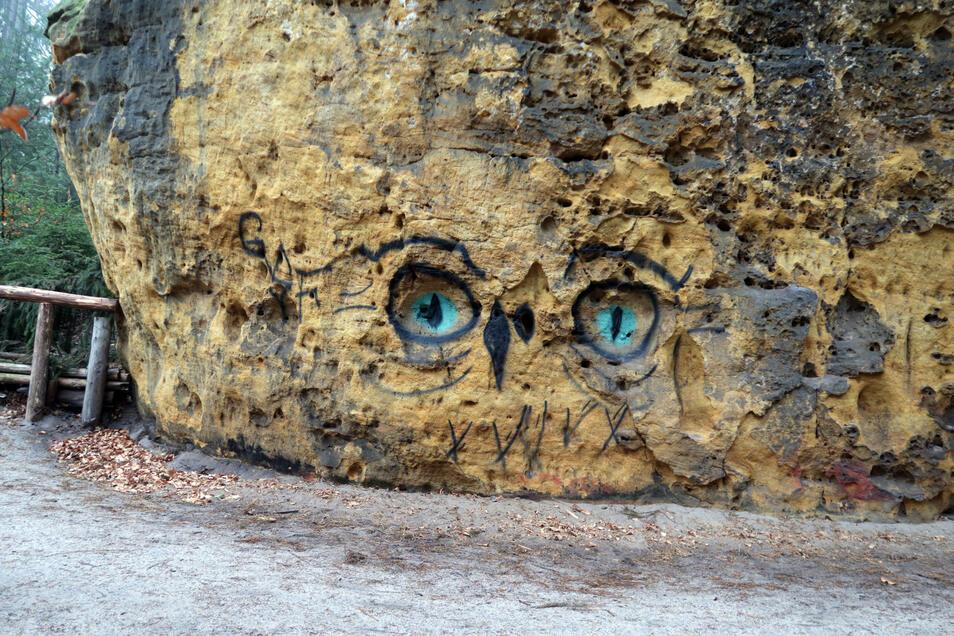Felswand in den Schrammsteinen: Hier waren Sprayer am Werk.