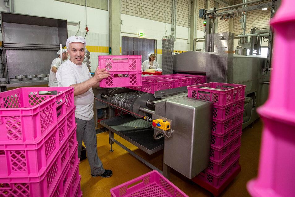 Alle Behälter und Kuchenformen gehen nach der Auslieferung durch die 85 Grad Celsius heiße Waschanlage, an der Christoph Eisoldt arbeitet.