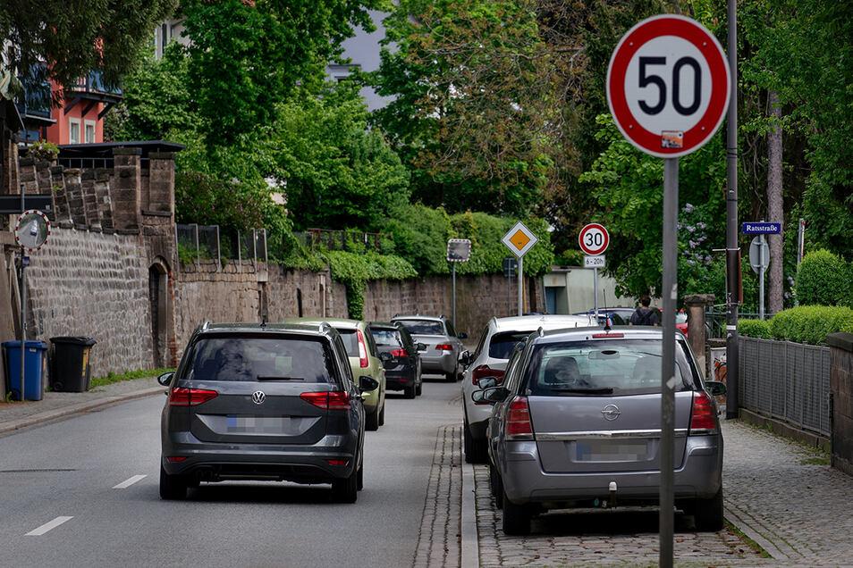Auf der Pillnitzer Landstraße wechseln sich 30er- und 50er-Tempo-Zonen ständig ab, wie hier kurz hinter der Loschwitzer Kirche.