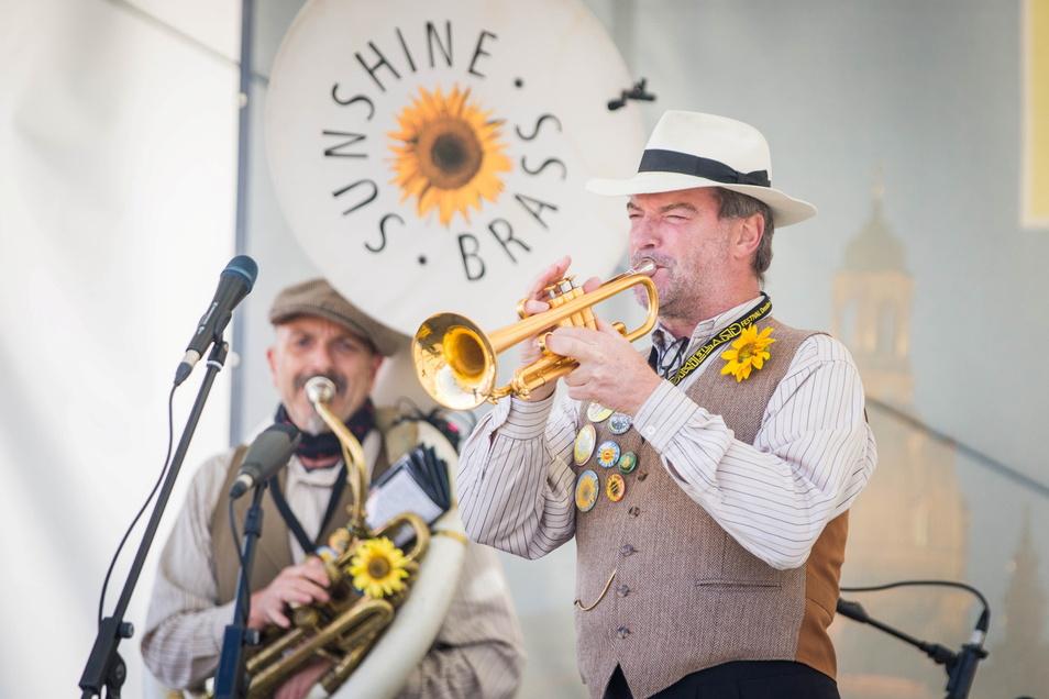 Gute Laune schon am frühen Mittag auf dem Altmarkt: Die Sunshine Brass-Band beim Kleinen Dixielandfestival.