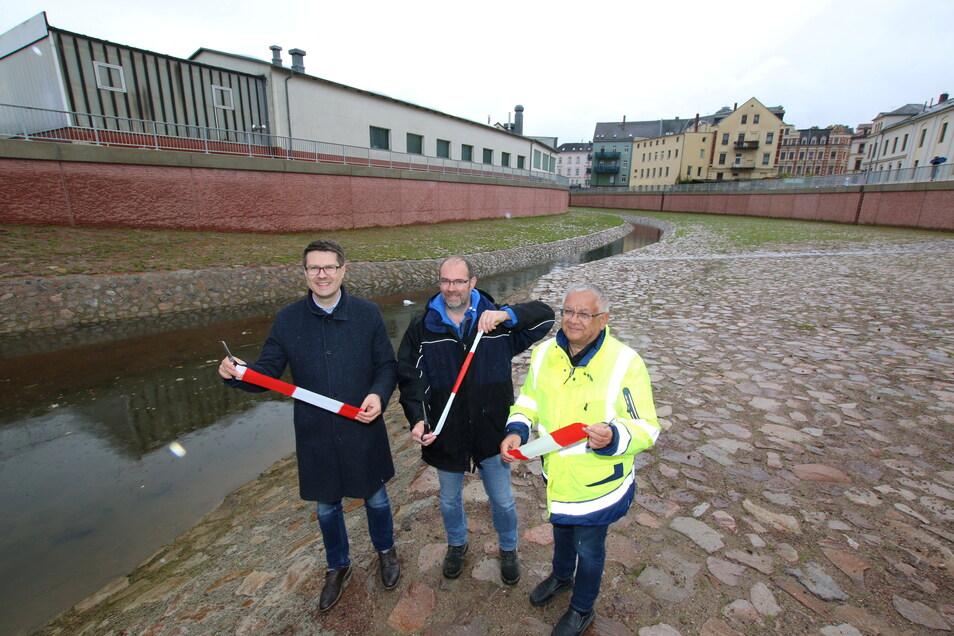 Axel Bobbe (von rechts) und Stefan Dornack von der Landestalsperrenverwaltung haben zusammen mit Döbelns Oberbürgermeister Sven Liebhauser das symbolische Band zerschnitten. Mit der Flutrinne, die große Mengen Wasser an Döbeln vorbeileiten kann, ist a