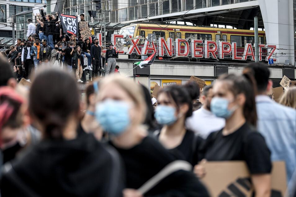 Nach der friedlichen Demo am Alexanderplatz kam es später zu Ausschreitungen.