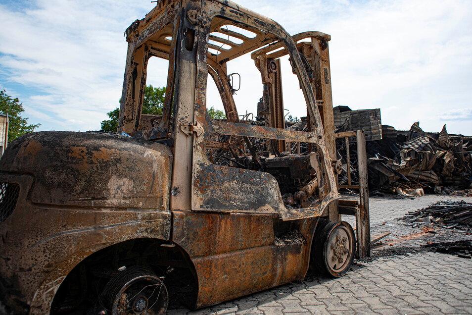 Auch Fahrzeuge wurden von den Flammen zerstört.