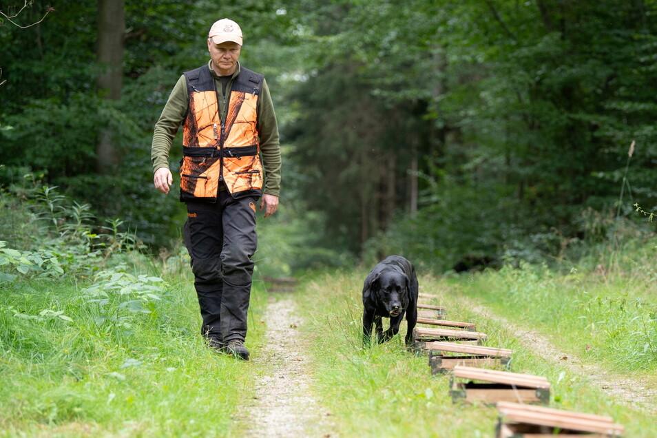 Hundeführer Torsten Rietzschel mit Labrador Robby, der zum Spürhund ausgebildet wurde.