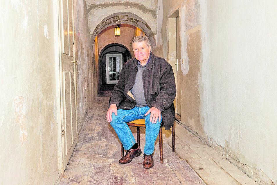 Jürgen Söcknick vom Struppener Schlossverein zeigt den nächsten Bereich, der Dank Förderung ausgebaut werden kann. Dazu gehört der Flur im Erdgeschoss.