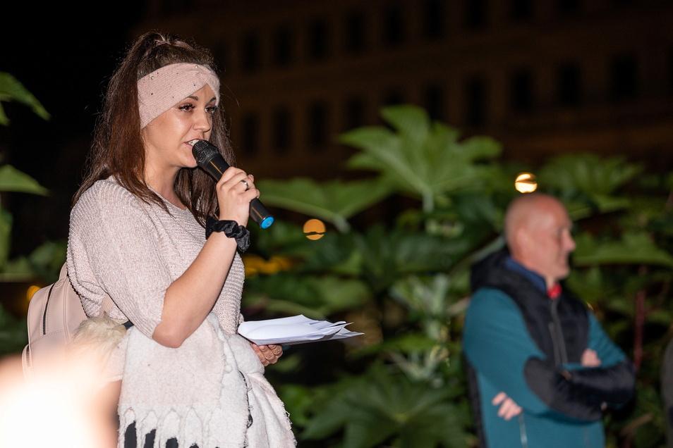 Die Musikerin Runa hält eine Ansprache bei der Kundgebung der Gegner der Corona-Maßnahmen auf dem Postplatz. Sie sang ein Lied, neben ihr Frank Liske, Organisator.