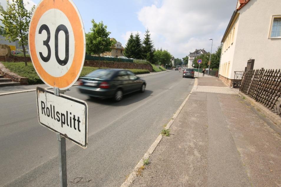 Weil sich bei der Hitze wieder Belag von der Colditzer Straße in Leisnig abschält, muss gesplittet werden. Wie lange das so weitergeht, weiß keiner. Die Fahrbahnmarkierung wird aus diesem Grund verschoben.