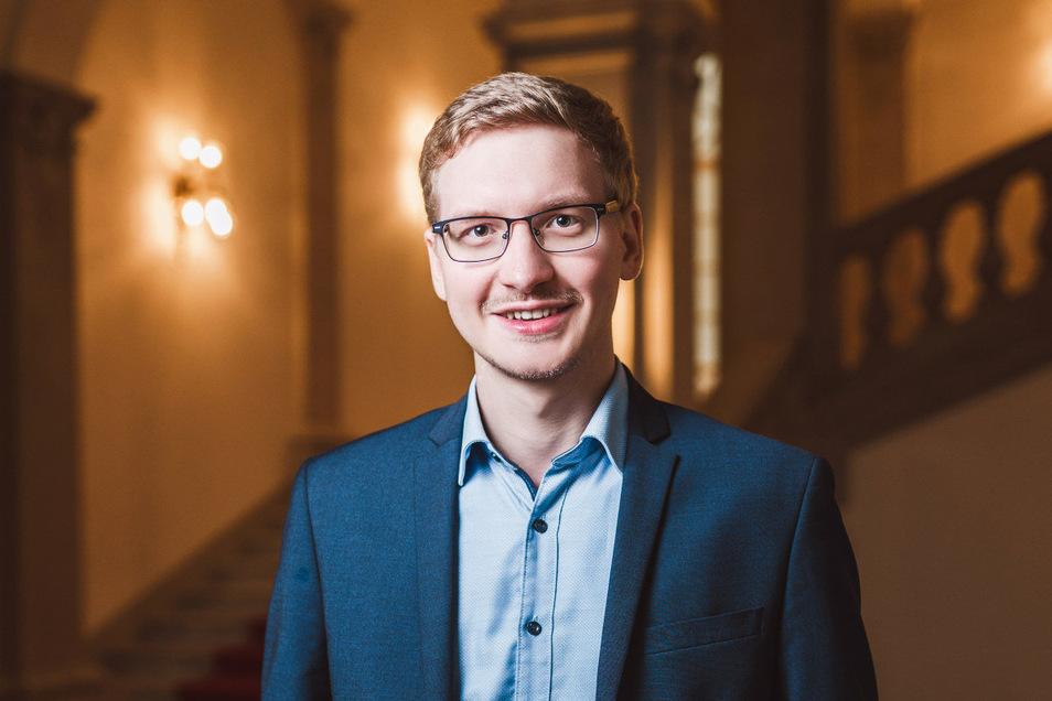 Eric Hattke (28) ist Geschäftsführer der Sächsischen Bibliotheksgesellschaft SäBiG und Vorsitzender des Vereins Atticus. Beide setzen sich mit verschiedenen Projekten für kulturelle und politische Bildung, den gesellschaftlichen Zusammenhalt und Demokrati