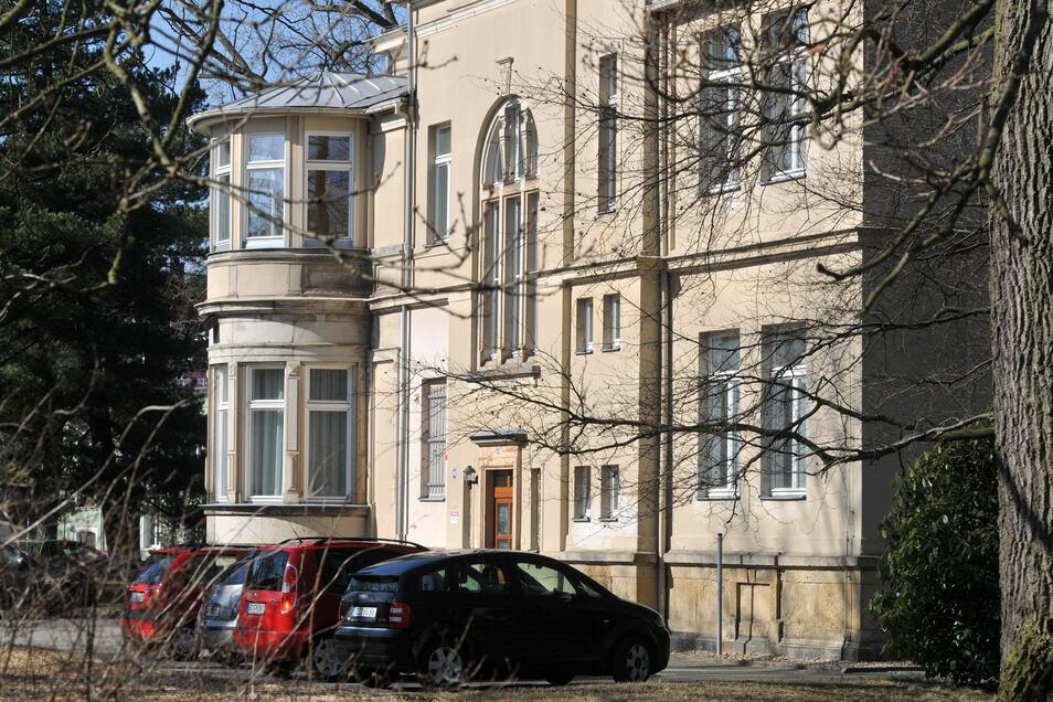 Die ehemalige Rathausvilla in Neugersdorf steht samt Grundstück zum Verkauf.