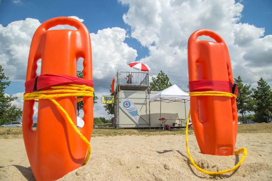 So ruhig blieb es nicht immer an den beiden Rettungscontainern. Etwa hundert Einsätze hatten die Rettungsschwimmer vorigen Sommer.