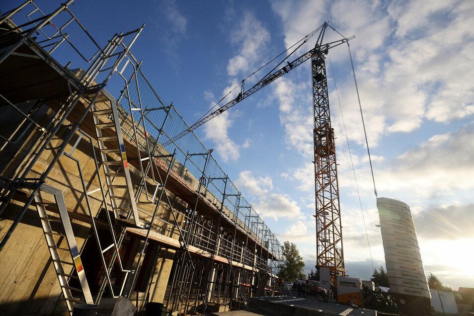 Der Bau des neuen Gerätehauses läuft weitgehend planmäßig. 2021 soll im 2,8 Millionen Euro teuren Objekt Einzug sein.
