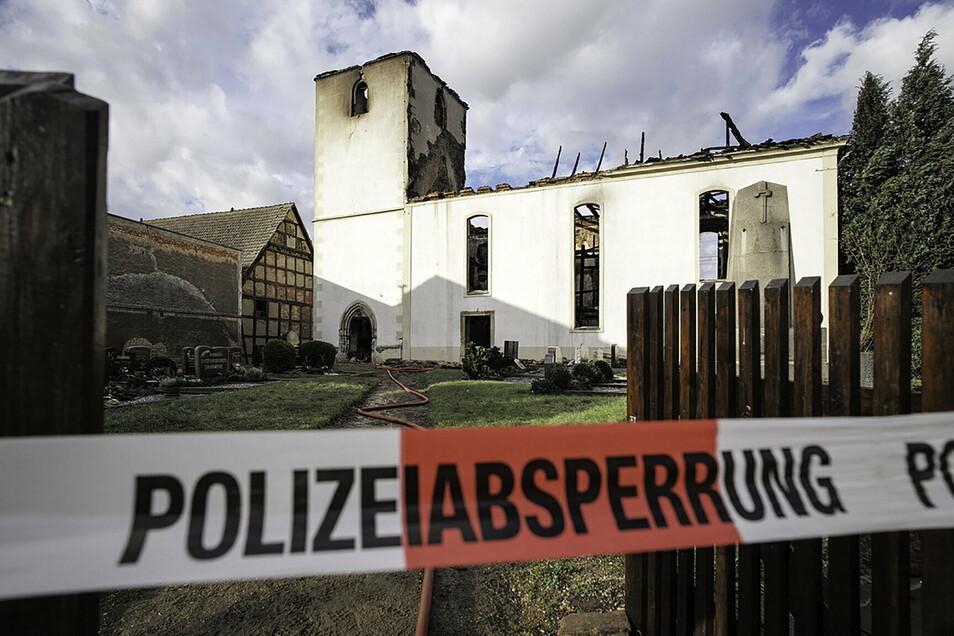 Sechs Millionen Euro Schaden: Die Kirche in Tellschütz (bei Leipzig) nach dem Brand 2015. Jetzt wurde sie mit Hilfe aus Röderau komplettiert.