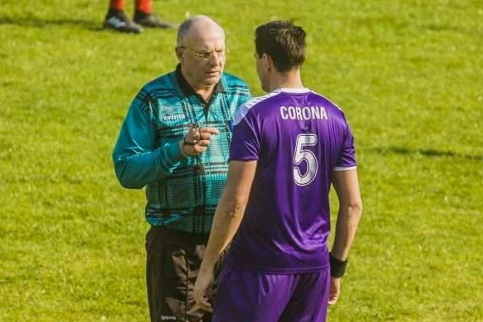 Vor der Pandemie ging der Schiedsrichter nicht auf Abstand zu den Spielern des SC Corona Gehren.