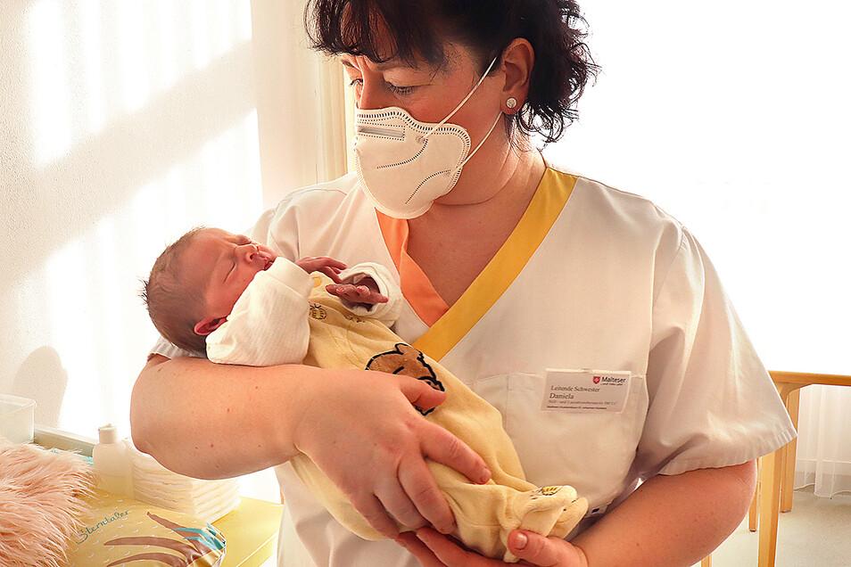 Paulina hatte es eilig und kam 3,5 Wochen zu zeitig zur Welt. Schwester Daniela Nicolaus kuschelt im Malteser Krankenhaus St. Johannes in Kamenz mit dem 2.900 Gramm leichten Sonntagskind.