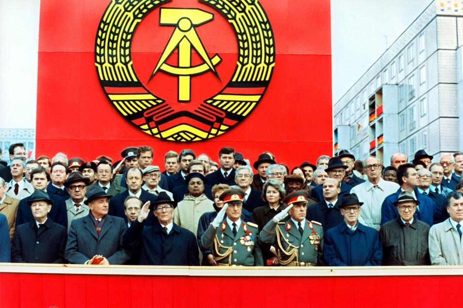 Die Ehrentribüne auf der Karl-Marx-Allee während der Militärparade am 7. Oktober 1989 in Ost-Berlin mit dem DDR-Staatsratsvorsitzenden und SED-Generalsekretär Erich Honecker (3.v.l.)