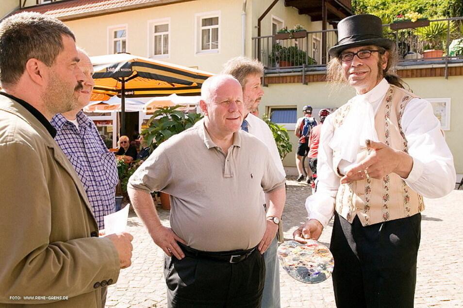 Einweihung des Malerwegs im Juni 2006: Sachsens Ministerpräsident Georg Milbradt (M.) trifft auf ein Caspar-David-Friedrich-Double.