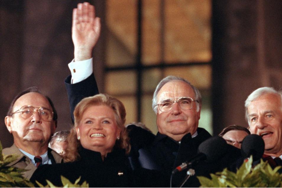 """Trotz zu vollmundiger Versprechen hätte Helmut Kohls Ruf als """"Kanzler der Einheit"""" alles andere dauerhaft überstrahlen können. Doch wie sein Vorbild Adenauer konnte er nicht einsehen, dass auch seine (Amts-) Zeit irgendwann abgelaufen war."""