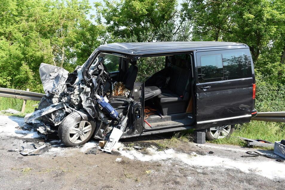 Der Fahrer des VW wurde bei einem Unfall auf der B 169 schwer verletzt.
