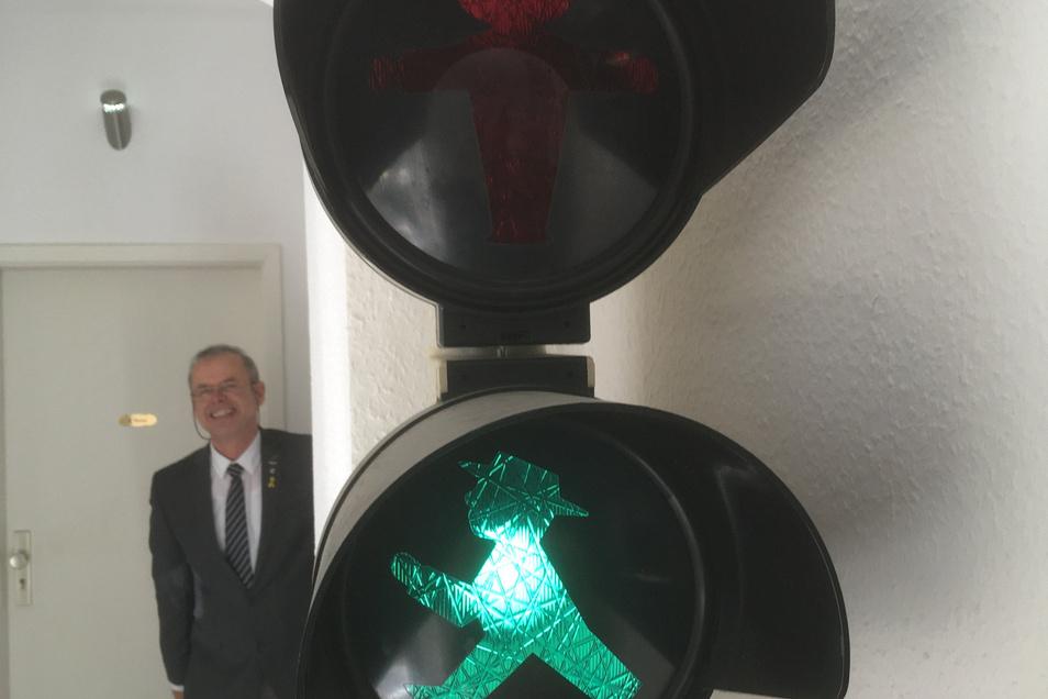 Armin Benicke hat auch in seinem eigenen Büro auf Corona reagiert. Mit dieser Ampel regelt er den Besucherverkehr in seiner Versicherungsagentur.