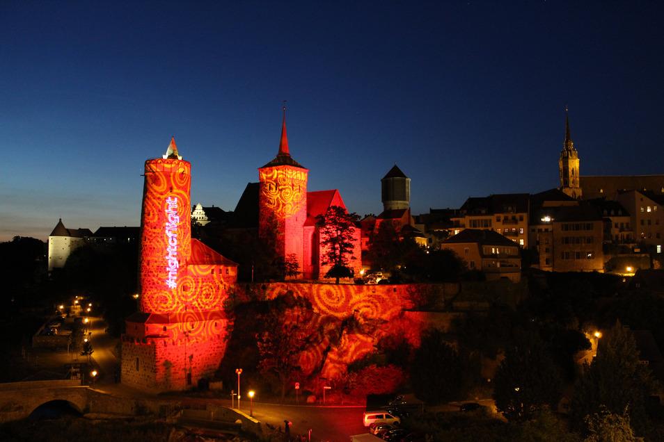 Blick von der Friedensbrücke auf die Michaeliskirche und die Alte Wasserkunst in Bautzen. Im Rahmen der Aktion Night of light wurden am Montag in ganz Deutschland bekannte Gebäude rot angestrahlt, damit machte die Veranstaltungsbranche auf ihre existenzie