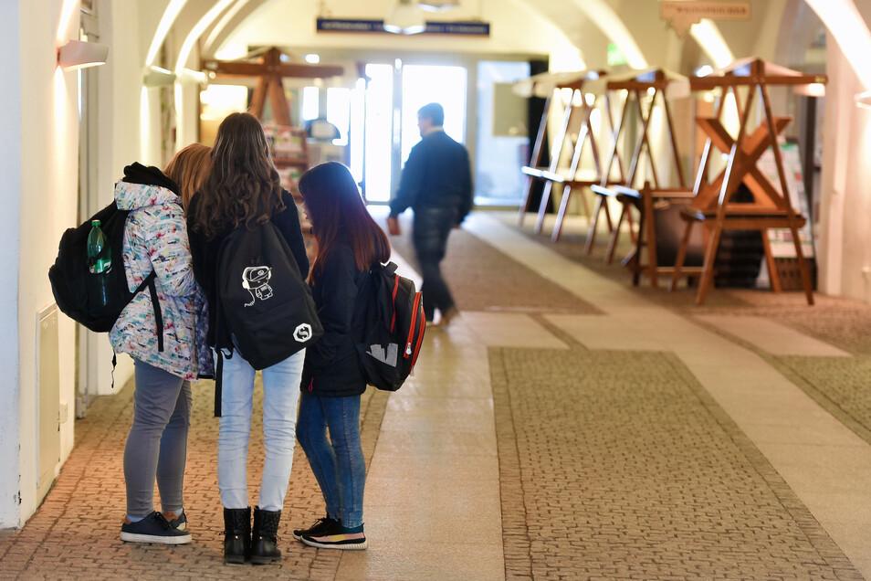 Die Schüler nutzen das freie WLAN im Salzhaus.