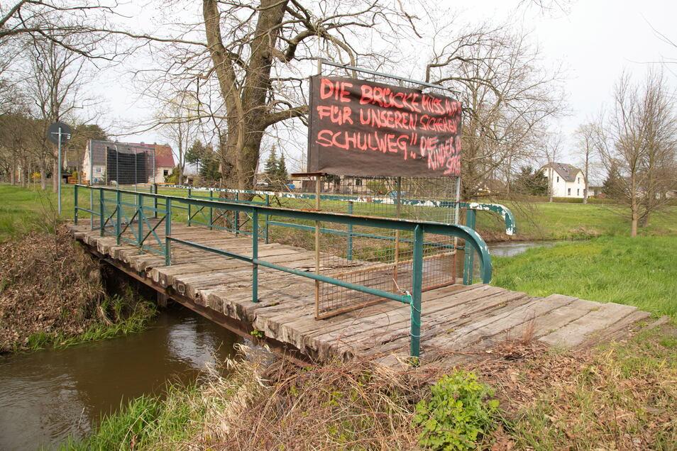 Die kleine Fußgängerbrücke über den Weißen Schöps in Spree ist schon lange gesperrt und deshalb Streitthema im Dorf und im Gemeinderat Hähnichen.