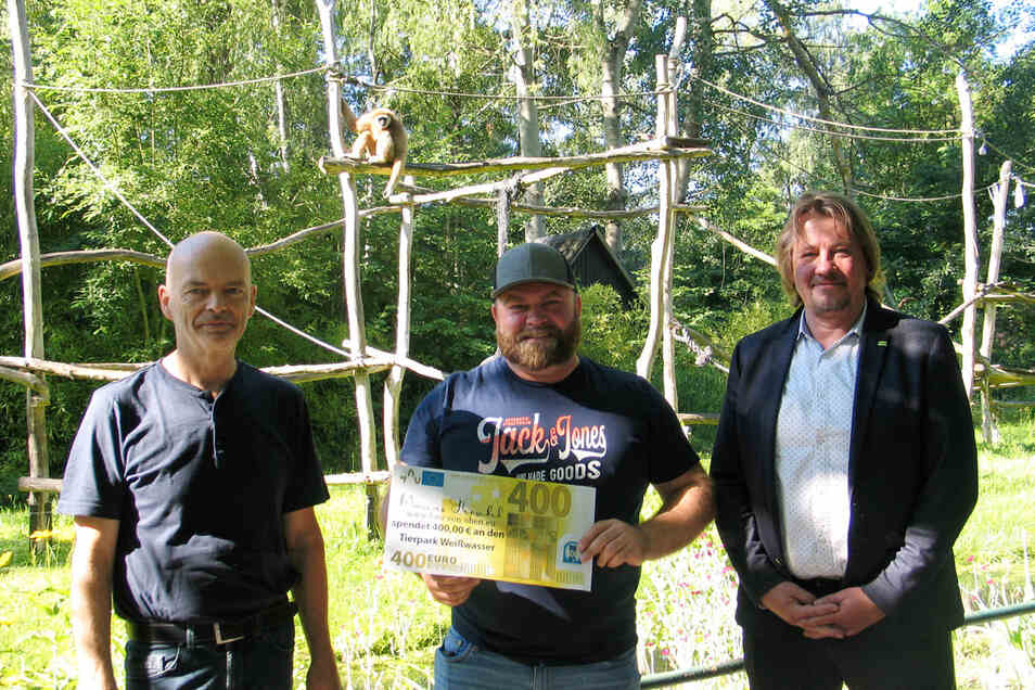 Der Ex-Weißwasseraner Hobbyfotograf Marcus Henschel (M.) übergab Tierparkleiter Gert Emmrich (li.) und Jörg Lübben, Chef der Tierparkgesellschaft, die Spende.