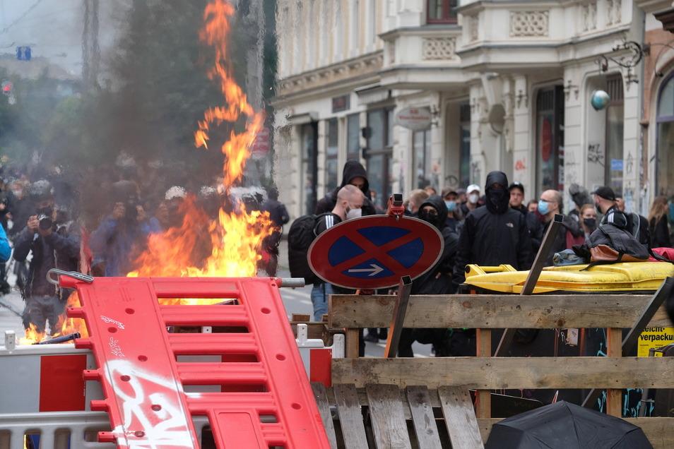 Maskierte Teilnehmer stehen hinter einer Barrikade. Nach dem offiziellen Ende der «Wir sind alle LinX»-Demonstration sind im Leipziger Stadtteil Connewitz Barrikaden errichtet und angezündet worden.