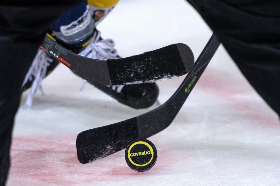 Vorerst kreuzen die Eishockey-Profis in der zweiten Liga nicht die Kellen. Die Saison soll später beginnen.