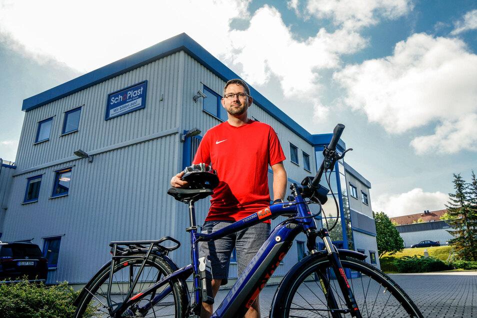 Martin Beyer kommt jetzt oft mit dem E-Bike zur Arbeit nach Bischofswerda, Er profitiert vom Jobrad-Modell, das jetzt auch die Firma Schoplast Plastic ihren Mitarbeitern anbietet.