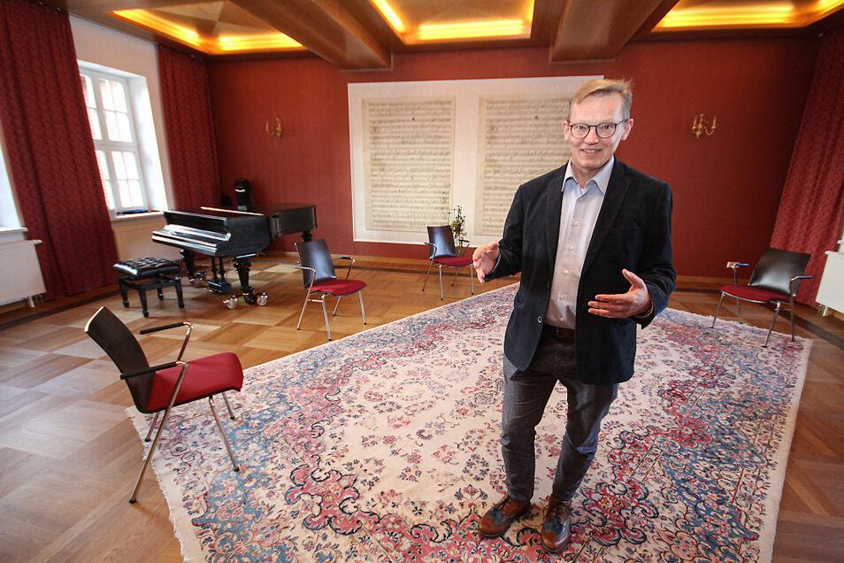 Prof. Dr. Wolfram Hardt im Musikzimmer des IBS. Hier finden seit ein paar Monaten Therapiesitzungen – mit Abstand und Hygiene-konform – statt. Darüber hinaus stehen unterschiedlich große Seminar- und Tagungsräume für Veranstaltungen zur Verfügung.