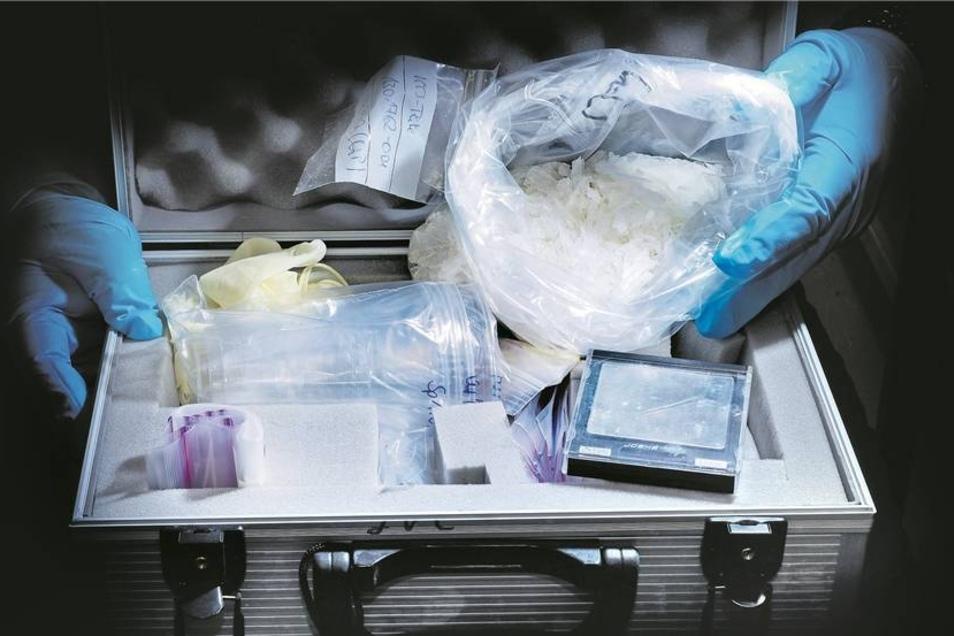 Crystal in einem beschlagnahmten Verkaufskoffer: Die Droge wird immer mehr zum Problem. Das Sächsische Krankenhaus in Großschweidnitz ist nun federführend an einer Konferenz zum Thema beteiligt.Foto: kairospress