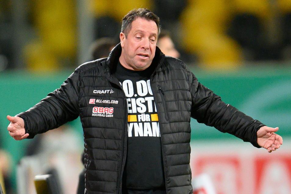 Die Geste sagt viel über das Spiel: Dynamos Trainer Markus Kauczinski muss nach der Niederlage seiner Mannschaft anerkennen, dass die Leistung diesmal nicht gereicht hat.