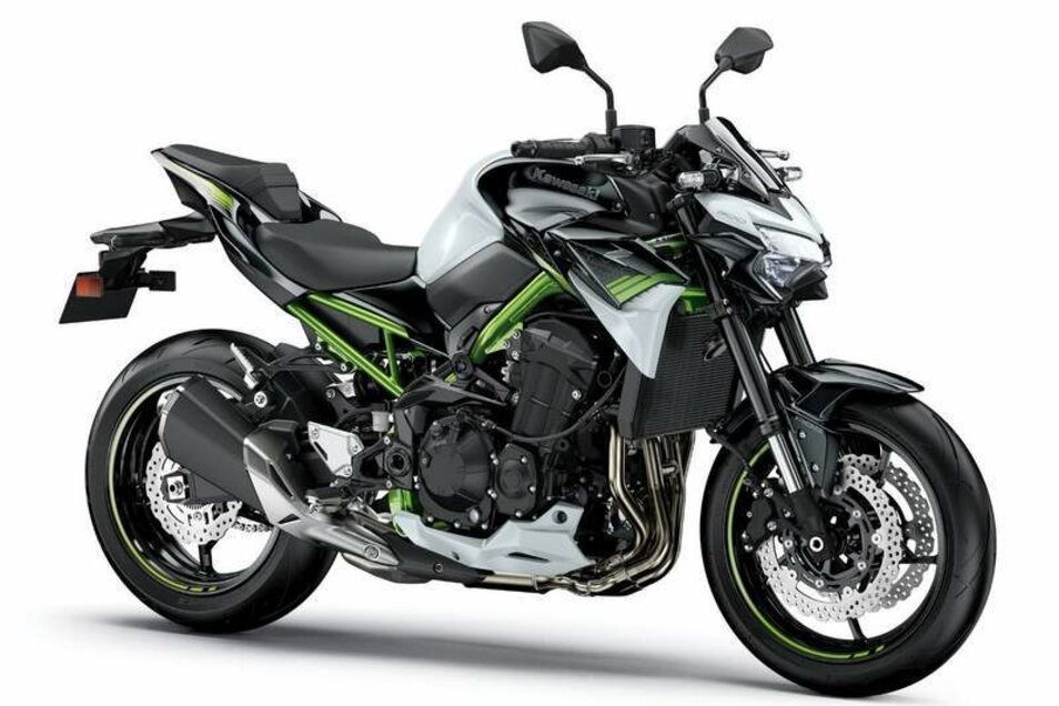 Kawasaki Z900: Auch im Modelljahr 2020 wird es die Kawasaki Z 900 mit zwei verschiedenen Motorabstimmungen geben: eine offene Version, die 125 PS leistet, und eine etwas schwächere Variante mit 95 PS, die sich optional auf 48 PS drosseln lässt um auch Besitzer des A2-Führerscheins glücklich zu machen. Ebenfalls neu sind die KTRC-Traktionskontrolle sowie vier verschiedene Fahr- und zwei Powermodi.