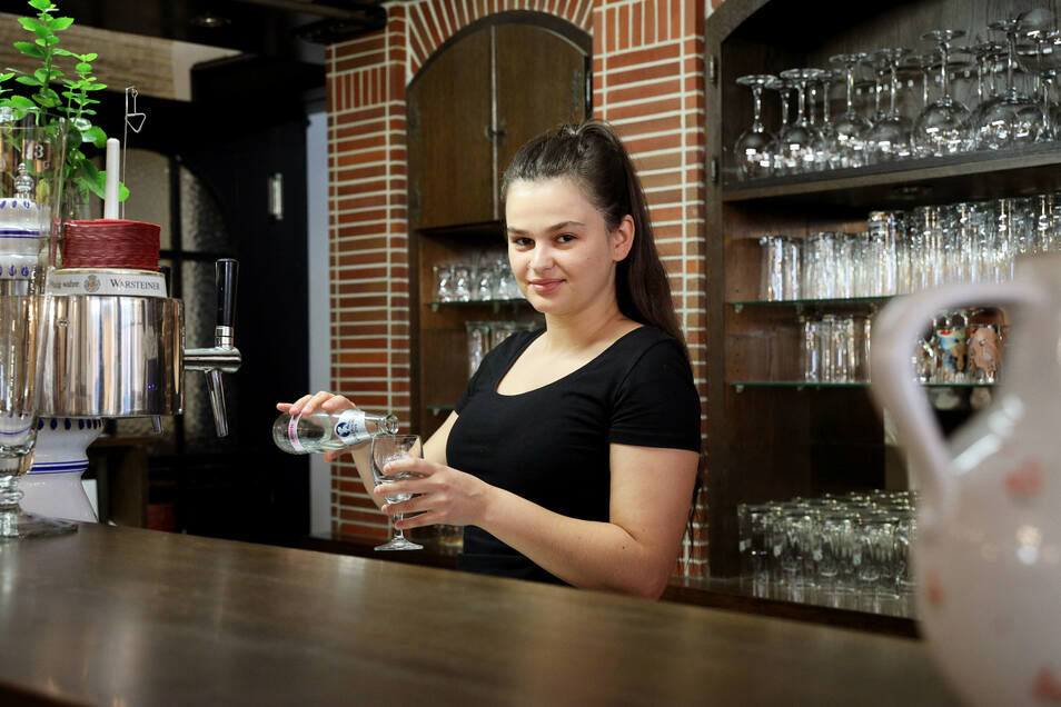 Die 20-jährige Vjolca ist die Tochter vom Hotelmanager Leo Redzepi und steht am Tresen.