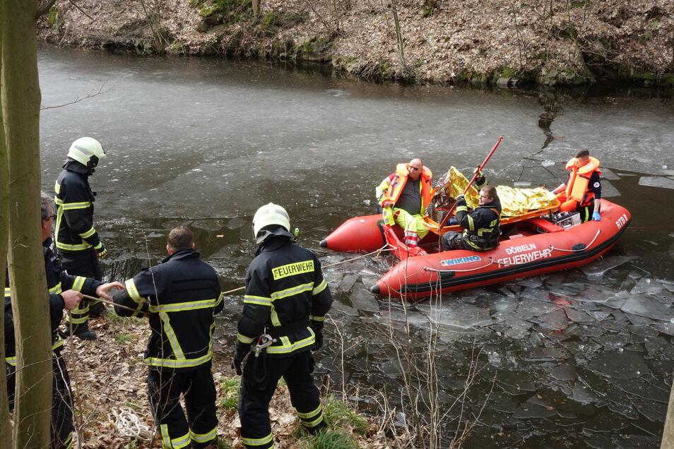 Was wie eine Übung aussieht, war eine Personenrettung. Im Februar holte die Feuerwehr einen verletzten 23 Jahre alten Waldarbeiter über den zugefrorenen Teich des Steinbruchs an den Klippen bei Mahlitzsch. Er war etwa 30 Meter tief abgestürzt.