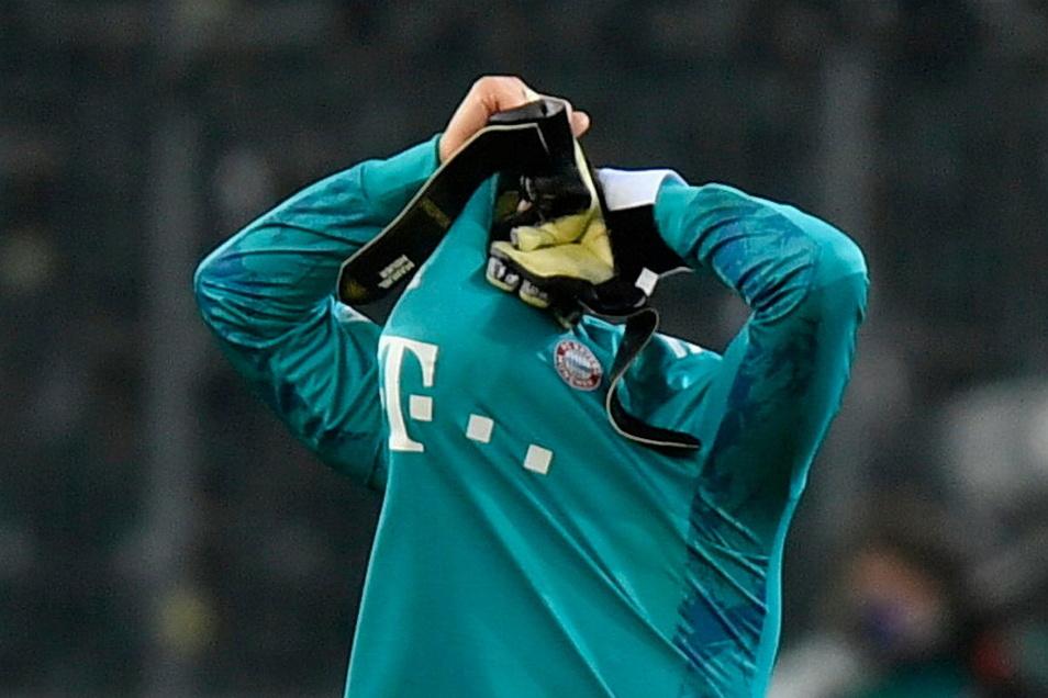 Das war nix: Bayern-Torwart Manuel Neuer steckt nach der 2:3-Pleite in Mönchengladbach den Kopf ins Trikot.
