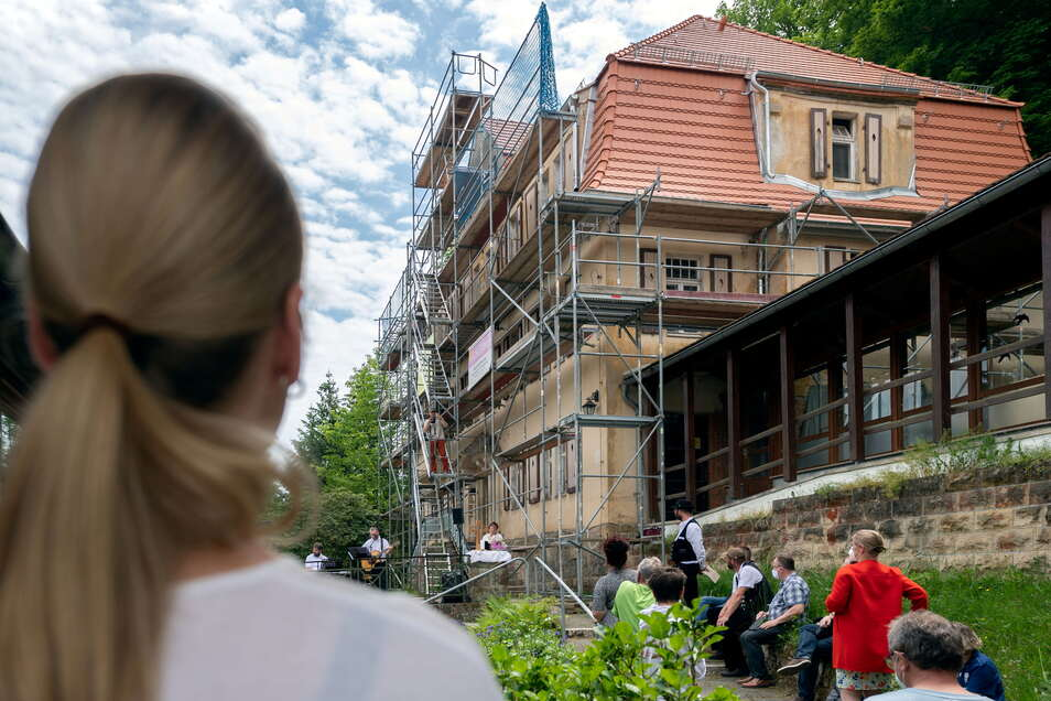 Mit einem Firstfest wurde die Notsicherung von Haus Felsengrund in Rathen gefeiert. Das 1912 gebaute Objekt hat nun ein neues Dach, auch der Schwamm wurde bekämpft.