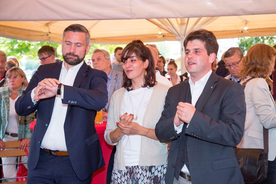 Der Vorsitzende der sächsischen SPD Martin Dulig mit den Kandidaten Rasha Nasr und Stephan Schumann im Elbegarten.