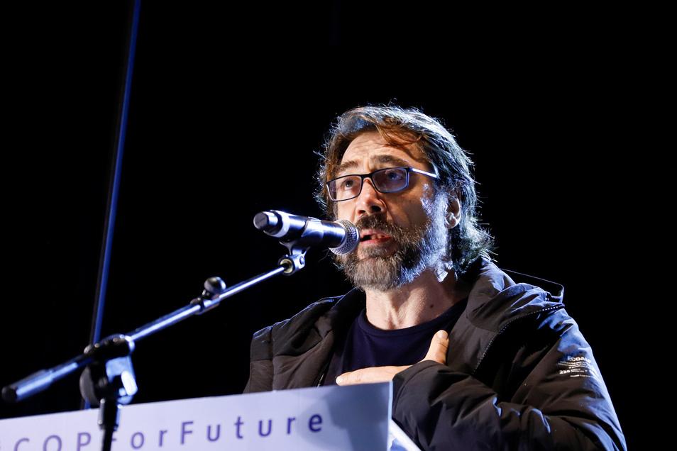 Der spanische Schauspieler Javier Bardem spricht beim Klimamarsch in Madrid.