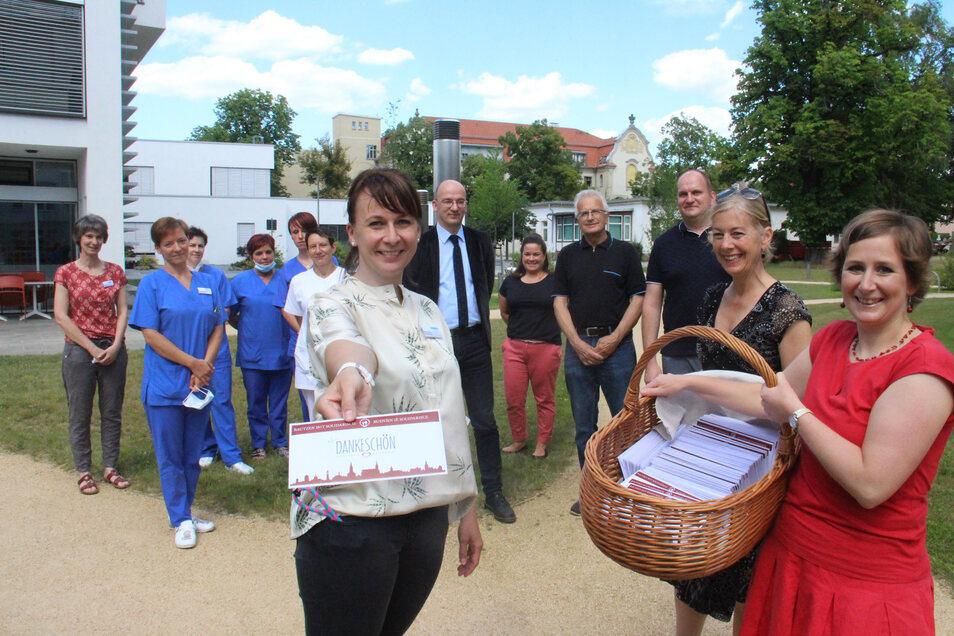 Manja Hollmann (l.), Pflegedienstleiterin im Bautzener Krankenhaus, nimmt 200 Restaurant-Gutscheine von Monika Vetter (r) und Katja Gerhardi entgegen. Sie wollen mit ihrer Aktion die Bautzener Gastronomie unterstützen.
