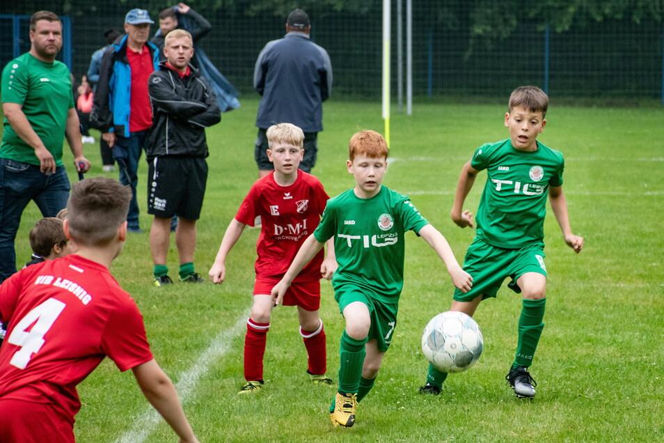 Heiß umkämpft waren die Turniere beim Nachwuchswochenende des SV Medizin Hochweitzschen. Hier duellieren sich die E-Junioren aus Leisnig und Waldheim.