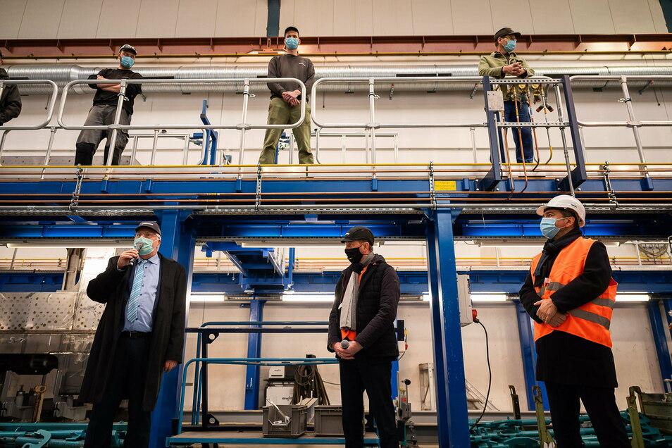 Carsten Liebig, bisheriger Leiter des Görlitzer Bombardier-Werkes, der sächsische Ministerpräsident Michael Kretschmer und der Görlizter OB Octavian Ursu (v.l.,u.) beim Besuch des Bombardier-Werkes im Dezember.