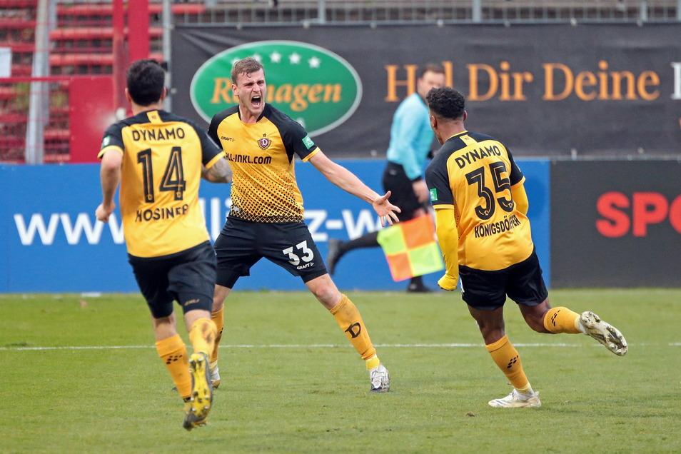 Philipp Hosiner (l.), Christoph Daferner und Ransford Koenigsdörffer jubeln nach dem Tor zum 1:1. Am Ende einer spektakulären Partie gewinnen die Dresdner in Köln.