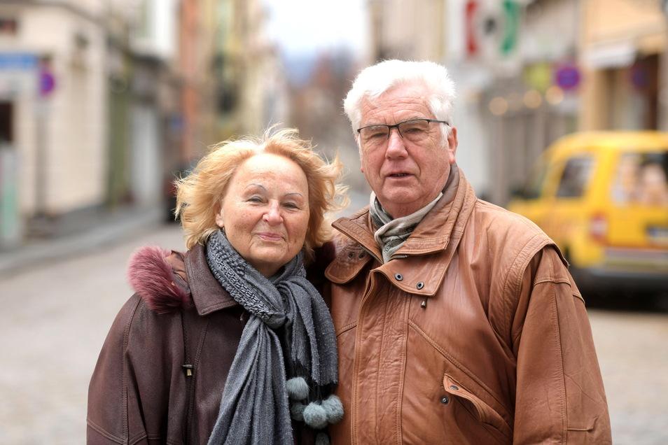 Am Karfreitag spazierten Gerda und Karl-Heinz Graupner aus Lauta durch Zittau. Auf den Tag genau vor 55 Jahren gaben sie sich im Zittauer Rathaus das Ja-Wort und heirateten. Die Hochzeitsreise führte sie nach Olbersdorf, wo sie einen Bungalow gemietet hatten. Nun besuchen sie ab und an Zittau, erinnern sich und erfreuen sich an der schönen Stadt.