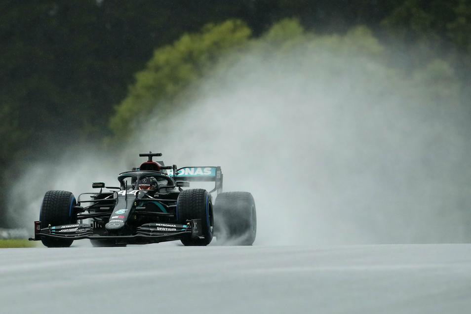 Lewis Hamilton im Mercedes steuert sein Auto auf der Rennstrecke zur Pole-Position.