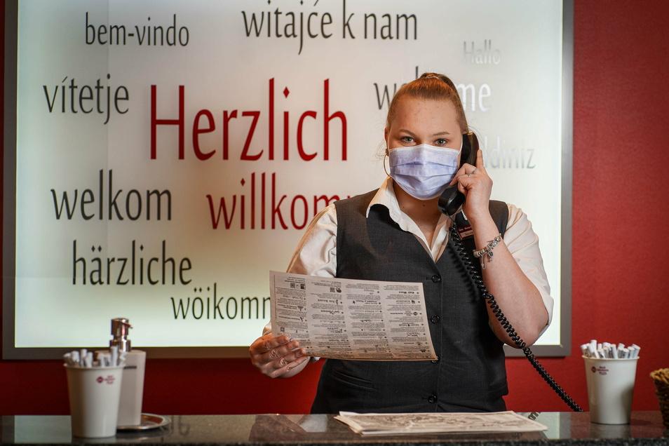 Bei der Arbeit muss Jenny Gottstein eine Maske tragen. Für die Auszubildende im dritten Lehrjahr sei das kein Problem, sagt sie. Sie ist froh, dass sie im Hotel Best Western in Bautzen wenigstens Dienstreisende empfangen darf.