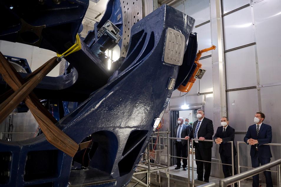 So wie in Rossendorf soll in einem Großforschungszentrum in der Lausitz geforscht werden. Hier besichtigen Sachsens Regierungschef Kretschmer und der Görlitzer OB Ursu die Rossendorfer Einrichtung.